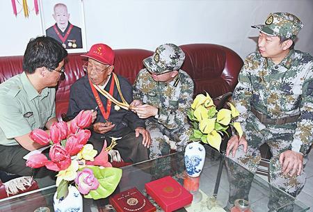 庆阳庆城县庆城镇武装部干部慰问老党员、复员军人