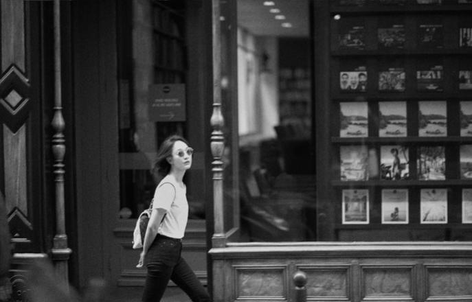 周迅巴黎街拍 沐浴在明媚与书香之中
