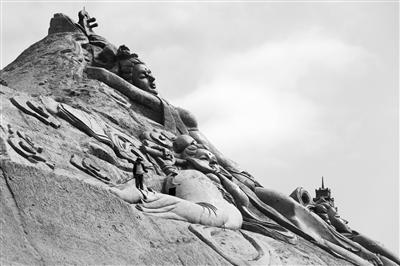 """展示甘肃特色8大主题 雕刻家榆中雕出一座""""艺术""""山"""