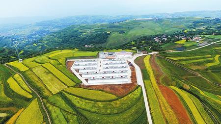 临夏县掌子沟乡白土窑村易地扶贫搬迁工程与周边景致构成一幅新画卷