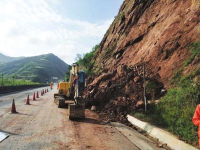 发生小型山体滑坡 国道212线13公里处隔离抢修