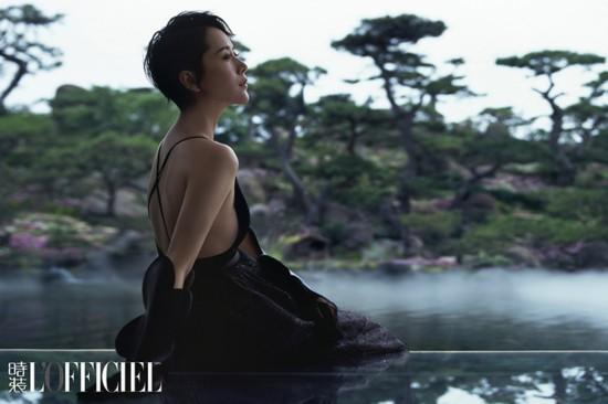 海清登杂志封面天鹅颈抢镜 黑白双面融于自然