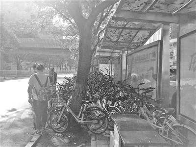 兰州市民反映:公交站台挤满共享单车 候车市民无处立足