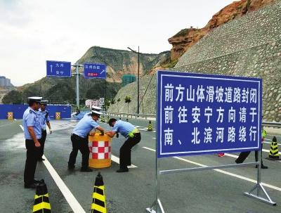 李荣灿在调研北环路滑坡情况时强调 争分夺秒抢通道路恢复通车