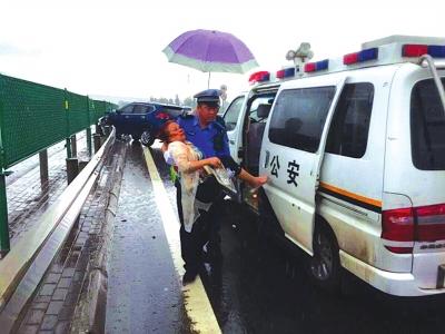 甘肃雨天高速事故乘客受伤 暖心交警合力救援