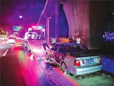兰州北滨河路一小轿车自燃 交警及时扑灭