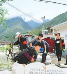 【摄影】救灾一线的共产党员