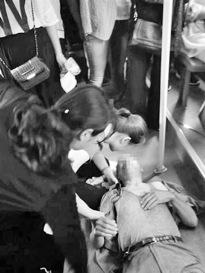 """兰州:老人突发疾病晕倒 公交车秒变移动""""抢救室"""""""