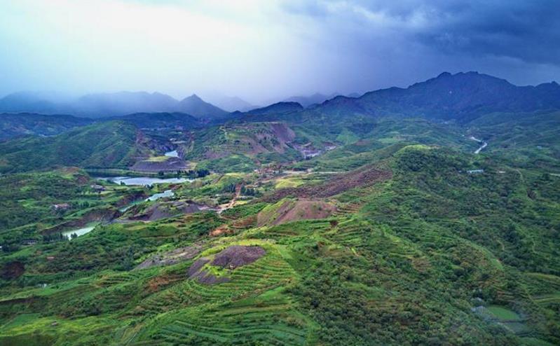 河北迁安:矿山修复再现绿水青山