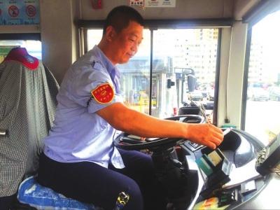 """平凡岗位谱写不平凡  兰州公交一线员工:""""把乘客安全送到目的地是最重要的"""""""