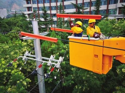 兰州电力一线工人:钻隧道爬山坡 每天巡视检查线路6小时