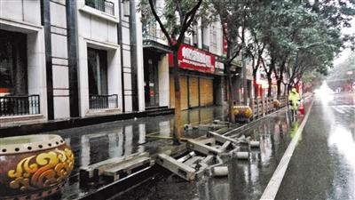 兰州通渭路这段人行道护栏倒塌 市民呼吁快修复