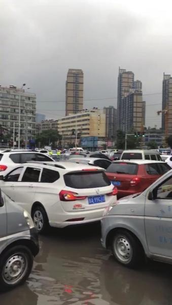 开学遇上下雨天 市区内多条路段堵车严重