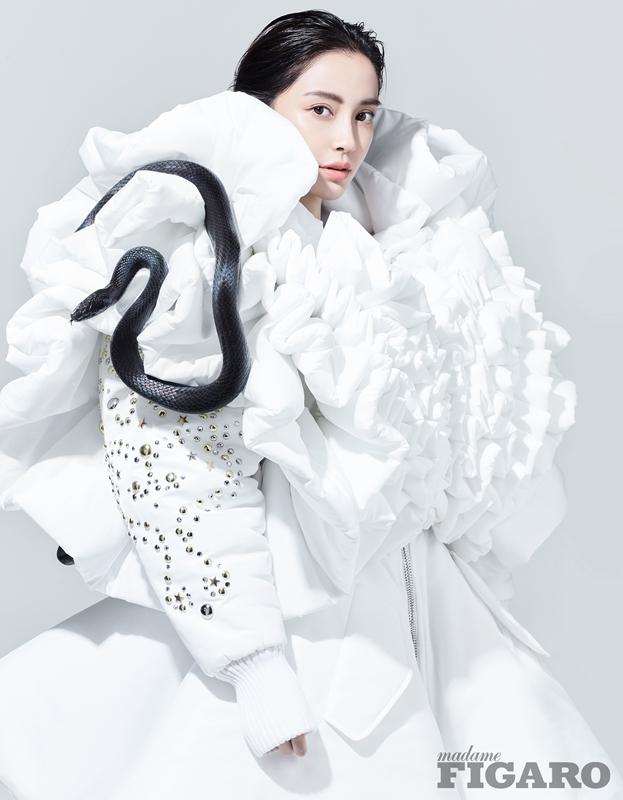 Angelababy与蛇共舞 演绎百变时尚
