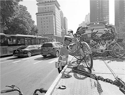 兰州城关交警大队三中队重点针对共享单车乱停乱放行为开展集中整治