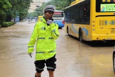 兰州交警雨中疏导交通(图)