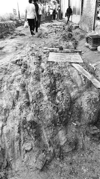 兰州市定西南路排洪沟旁路面泥泞难行 市民叫苦