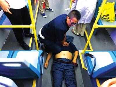 兰州:老人溺水执法队员热心市民联手相救