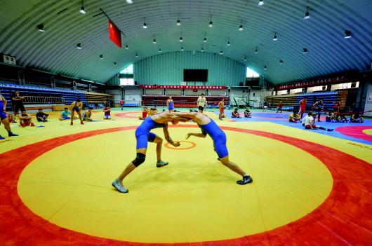 100多名摔跤运动员齐聚酒泉体校 开展联合备战集训(图)