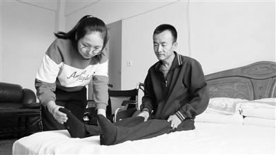 庆阳环县女孩带着瘫痪爸爸上大学(图)