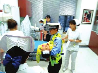 孩子高烧昏迷病情危急 兰州交警开道护送赢得救治时间