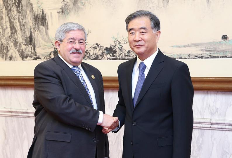 汪洋会见阿尔及利亚总理乌叶海亚