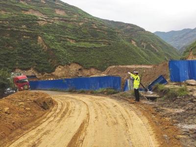 国道309线山体滑坡造成道路中断