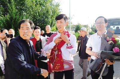 亚运冠军王凯华载誉回乡(图)