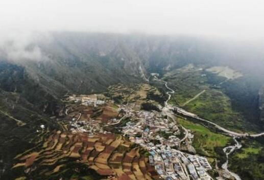 云端俯瞰甘肃藏乡秘境扎尕那 云雾缭绕宛若仙境(组图)