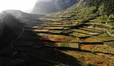 秋日航拍龙虎和舟曲县城崇山峻岭围绕抖擞复活机