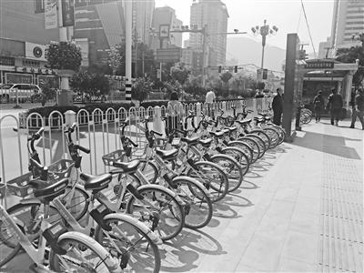 """兰州:""""蓝牙道钉""""和""""电子围栏""""将规范停车 共享单车再不能乱停乱放了"""