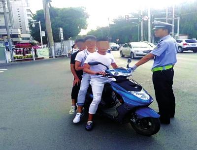 3个青年男子坐一辆电动车 兰州执勤交警及时制止危险行为