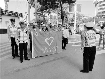 兰州安宁交警大队组织志愿者开展文明交通劝导活动