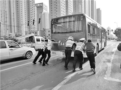 兰州一公交车突发故障熄火 警民合力帮忙推车(图)