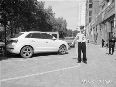 兰州一小区违规在外围私划车位 安宁交警大队:107个停车位中有30个假车位!