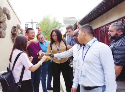 25名国际友人参观学习兰州市榆中县浪街村发展模式