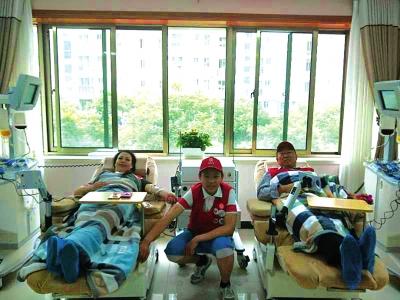 """""""献血达人""""范金凤夫妇热心公益 10年共计献血10万毫升"""