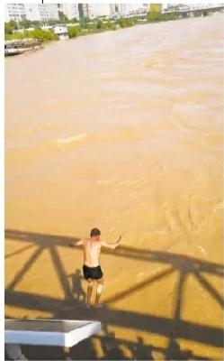 兰州中山桥有人跳水? 原来是一场救援演练!