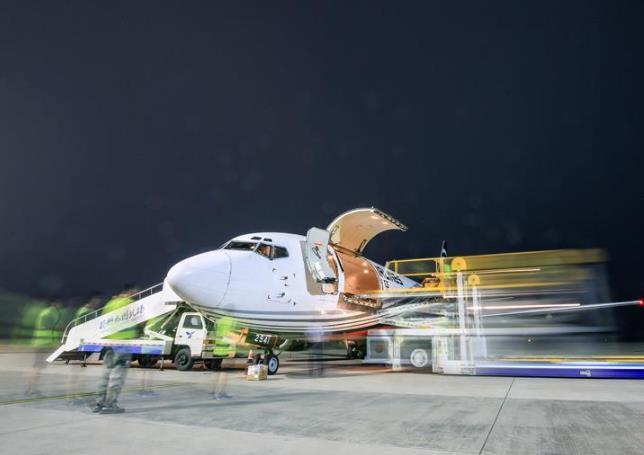 """江苏扬州泰州机场开通""""大闸蟹专线"""""""