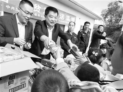 """兰州市公安局特警支队赴榆中县开展""""迎双节、送温暖""""活动"""