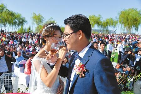 张掖高台县首届移风易俗集体婚礼在县湿地公园举行(图)