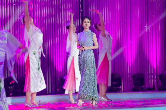 谭松韵登央视舞台 献唱《摘下满天星》庆中秋