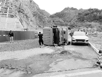 兰州:货车侧翻致北环路受阻 交警及时处置恢复畅通