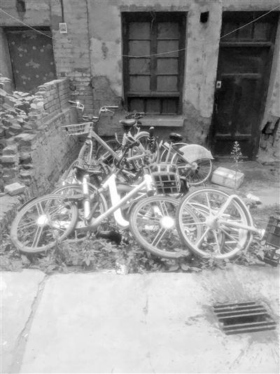 兰州市民反映:十多辆共享单车损坏堆在小区让人心痛
