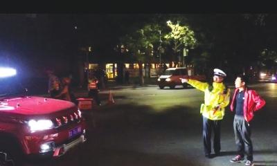 兰州一司机乱用远光灯 被罚看大灯10分钟