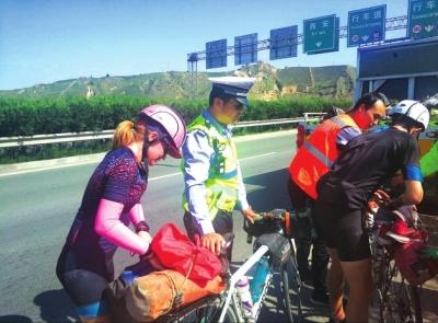 两名外国人在应急车道骑行 柳沟河高速公路大队执勤交警紧急制止