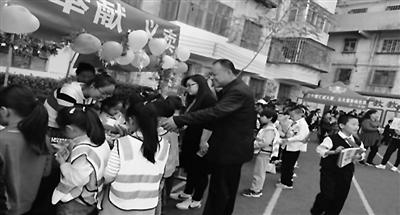 """兰州上沟小学举行""""小白杨""""爱心慈善义卖活动"""