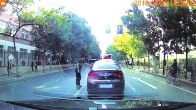兰州:前车司机乱扔烟盒后车司机霸气扔回
