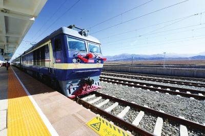 游肃北住雪山蒙古包 10月1日肃北草原正式通了火车!