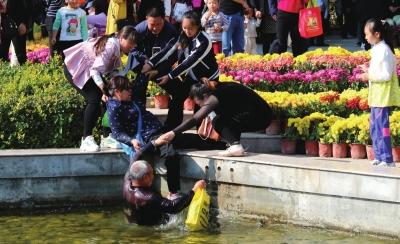 兰州:游客不慎落水 众人伸手相救